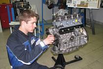 """Každý správný automechanik si musí """"tykat"""" i s rozvody pohonného ústrojí (na snímku Marek Poláček)"""