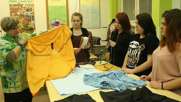 Studentky ze SPŠ a SOU šijí s Dagmar Marešovou pláště pro Tři krále. Foto: Zuzana Havlová z Oblastní charity Pelhřimov