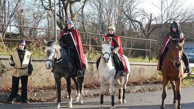 V čele průvodů jezdí  svatý Martin na bílém koni, přesně jak praví lidové pranostiky. Jedenáctý listopad si ale také lidé spojují se svatomartinskou husou nebo mladým vínem.