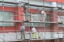 Tělocvična Základní školy Za Branou v Pacově od konce minulého týdne září novou červeno šedou fasádou. Řemeslníci nyní pracují  uvnitř  objektu.