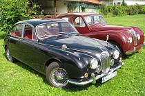 Symfonie pro osm kol, dvanáct válců. Cena tajná, hodnota nedozírná. Takoví jsou dva angličtí šviháci od Miroslava Remeše. Černý Jaguar Mark II 340, vínový Lea–Francis.