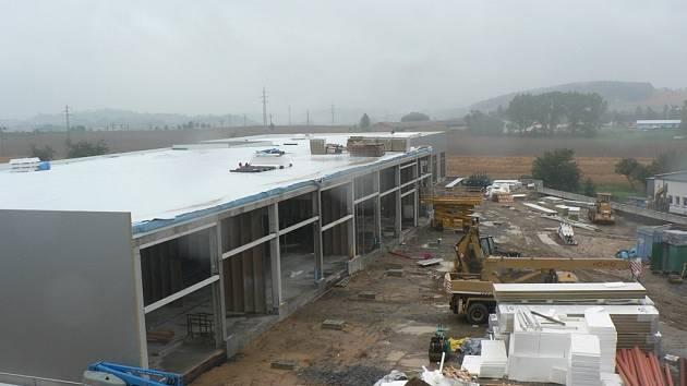 Na ploše přesahující 2500 metrů čtverečních vyroste celkem šest obchodních jednotek. Otevření pro veřejnost je naplánováno na 31. října tohoto roku.