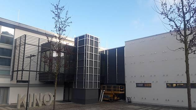 Stavba polyfunkčního komunitního centra v Humpolci jde do finále. Slavnostní otevření mělo být v listopadu.