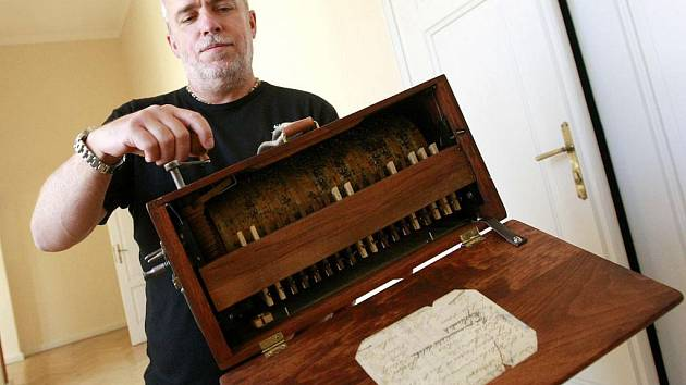 Hrací strojky a flašinet ze sbírek kamenického městského muzea vypadají, jako by se na nich zub času skoro ani nepodepsal.