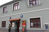 Modernizovaná budova úřadu teď barevně ladí s náměstím.