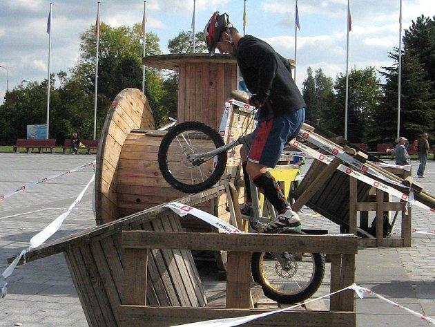 S neoblíbenými překážkami se musel v závodě Mistrovství republiky na havířovském náměstí popasovat Jiří Svoboda. Zvládl to se ctí.