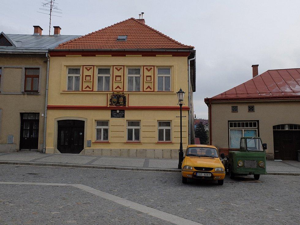 Celková podoba průčelí domu po obnově při pohledu z Palackého náměstí.