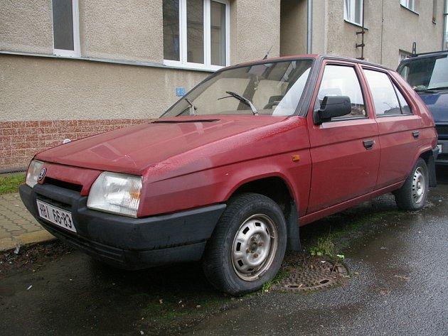 """V Říčanského ulici v Pelhřimově stojí delší dobu  """"osiřelý"""" červený favorit (na snímku). Dokonce se pod ním už začíná tvořit mech."""