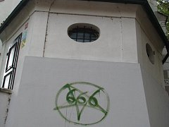 Neznámý vandal poškodil fasádu kulturní památky, sv. Víta. Na stěnu namaloval ďábelské číslo.