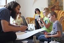 Smaž hranice kýče. Přesně takový název nesl středeční workshop v pelhřimovském Muzeu Vysočiny, který se uskutečnil v rámci výstavy Umění kýče.