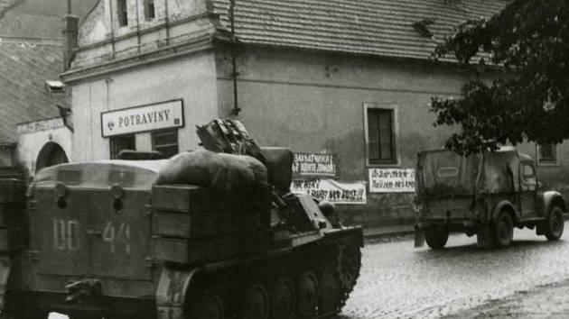 Kolona vojenských vozidel projela 21. srpna roku 1968 i Pelhřimovem. Snímek pochází z křižovatky ulic Pražská a Hrnčířská u kostela svatého Víta.