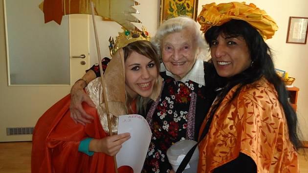 Snímek zachycuje pečovatelky Oblastní charity Pelhřimov na Tříkrálové sbírce, kterou charita každoročně realizuje.