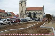 Přes měsíc je počátecké náměstí v rukou dělníků a odborníků, kteří pracují na jeho kompletní rekonstrukci.