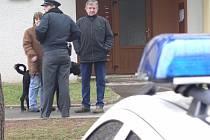 Vchod do paneláku hlídá policie