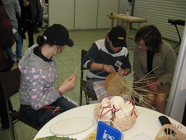 Děvčata z kamenické střední školy na slovenské výstavě Mladý Tvorca předváděla pletení z pedigu.