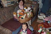 Na snímku výrobkyně panenek Jarmila Neomytková se svou vnučkou.