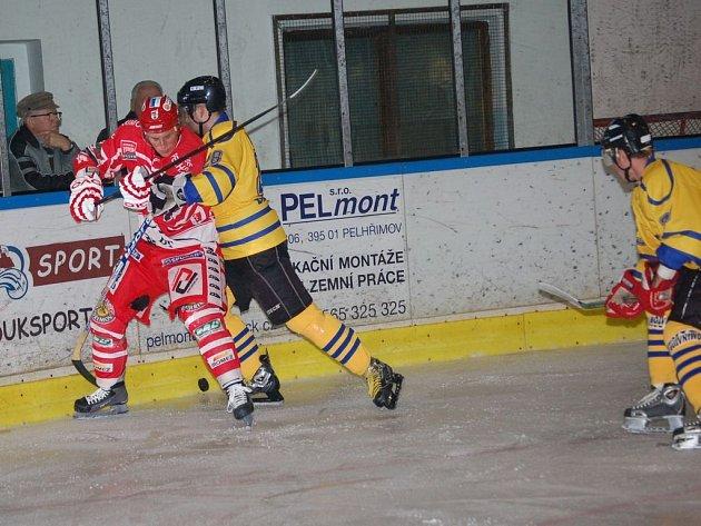 Dvěmi vítěznými zápasy odstartovali II. ligu pelhřimovští hokejisté. Na skvělé bilanci má podíl i Tomáš Hadrava (vlevo).