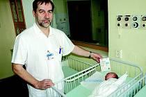 Miminka na novorozeneckém oddělení v pelhřimovské nemocnici mají k dispozici nové přístroje monitorující jejich dýchání. Na snímku primář Houštěk.