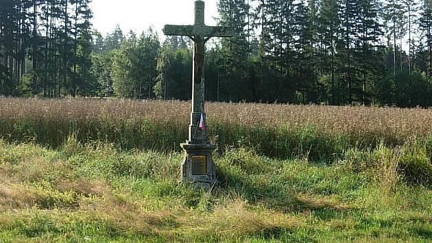 Kříž za Novou Včelnicí ve směru na Štítné připomíná přes tisíc padlých.