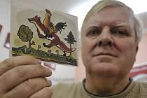 Alois Urbánek (na snímku) s nejvzácnější ladovskou pohlednicí, které bylo vytištěno jen minimum kusů. Jeho sbírka, kterou založil před čtyřiceti lety, čítá 2539 pohlednic.