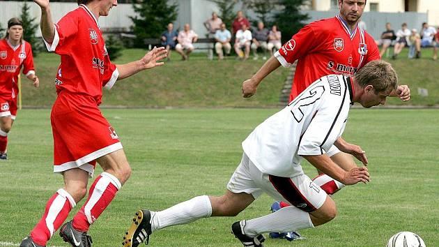 První divizní zápas před domácím publikem fotbalistům Velkého Meziříčí (vpravo v červeném Jiří Brychta) vyšel na jedničku. Doma porazili Protivanov 3:1.