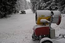 Na Křemešníku nemusejí na sněhovou nadílku spoléhat. Bílou peřinu si tam vytvoří za pomoci děl.