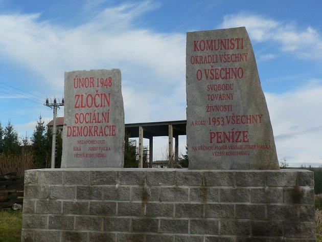 Tři památníky stojí na pozemcích Josefa Fialky. Zbývající, který děkuje za mír a svobodu Reaganovi a Gorbačovovi, je na pozemku obce před kulturním domem.