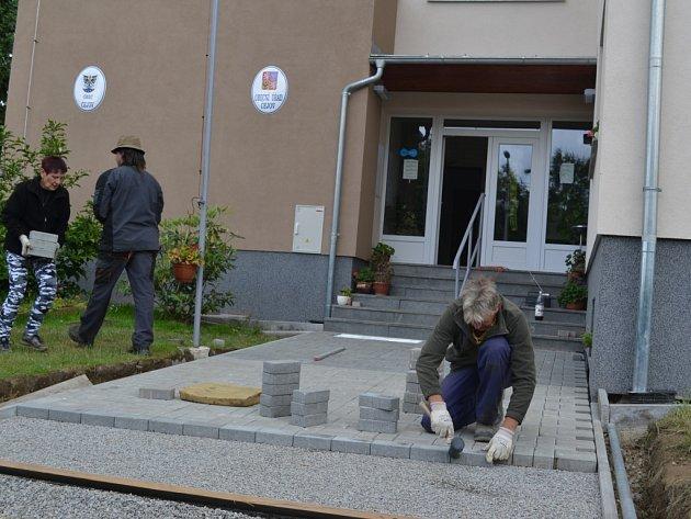 Loni zateplená budova Obecního úřadu v Čejově se brzy bude pyšnit i nově upraveným chodníkem.