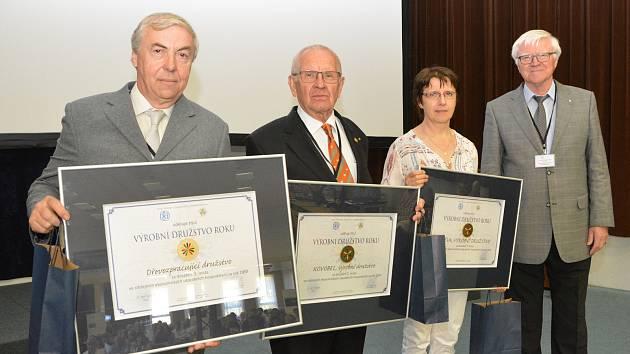 Ocenění za nejlepší ekonomické výsledky převzal předseda DDL Pavel Kříž (vlevo).