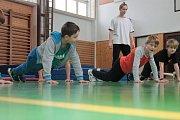 Sobotní parkourový workshop v Humpolci. Na trénink dohlíží Daniel Pospíchal.