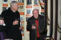 Lubomír Lipský převzal ocenění od prezidenta republiky. Pelhřimovský rodák se do města stále rád vrací. Na snímku je se starostou Pelhřimova Leopoldem Bambulou.