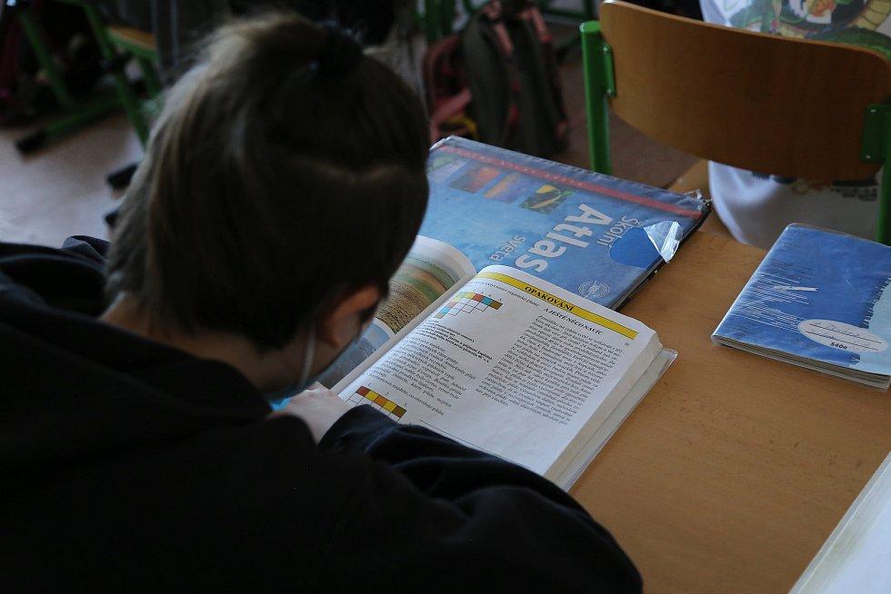 Znovu do školy mohou od pondělí 10. května chodit i žáci druhého stupně. Výuka je však rotační.