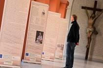 V křížové chodbě želivského kláštera je až do 15. června k vidění výstava významných českých, německých i rakouských kněží budějovického semináře.