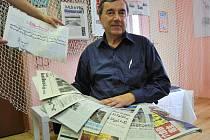 Sbírka novin Miroslava Karáska z Kroměříže zabírá pořádný kus jeho domácnosti. Zlomek výtisků je vystaven v domě Dobrých dnů v Pelhřimově.