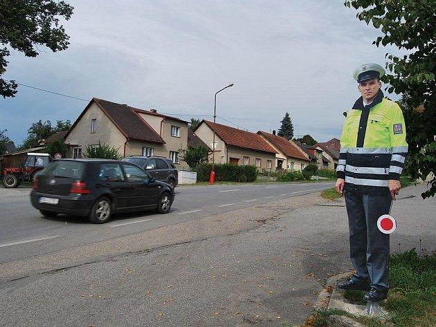 Maketa policisty v Červené Řečici už nemá takový respekt. Od října jí bude pomáhat radar. Ten bude hlídat řidiče i v dalších deseti obcích na Pelhřimovsku.