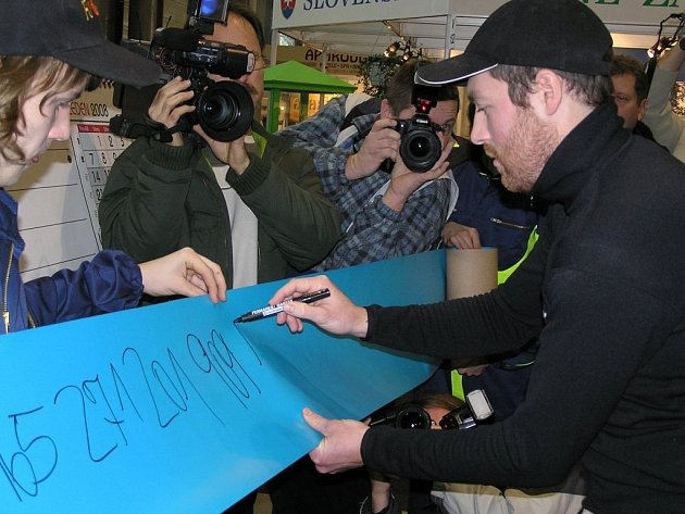 Jiří Pilecký z Rybníky u Dobříše ohromil návštěvníky brněnského veletrhu svou fenomenální pamětí. V časovém horizontu osmi minut a sedm a dvaceti vteřin dokázal napsat na více jak čtyřiadvacetimetrovou ruli 277 míst, které pokračují za číslem pí 3,14.