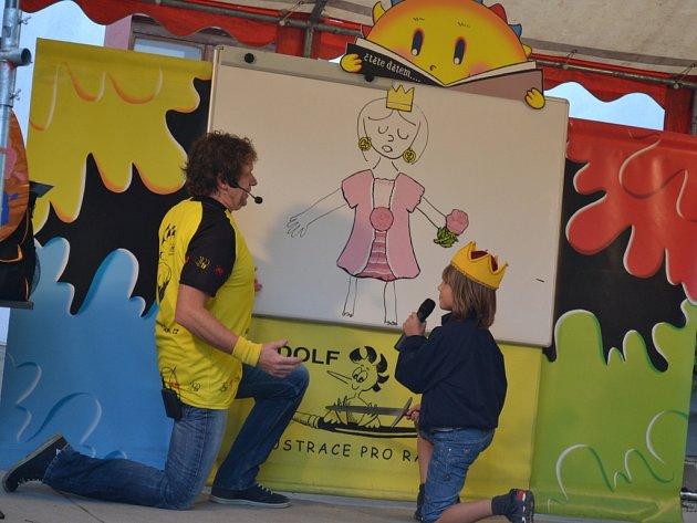 """Jednou z akcí v loňském ročníku projektu Aktivní rodina bylo Pohádkové kreslení s Adolfem Dudkem (na snímku vpravo). Na snímku vlevo je barevný smajlík, který se stal """"tváří"""" projektu humpoleckého infocentra."""