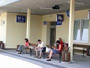 Cestující v očekávání.. Vlaky stály i v Pelhřimově na nádraží