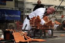 Robert Klimeš dokázal úderem předloktím jedné ruky přerazit neprodleně po sobě celkem 40 pálených střešních tašek o síle 1 cm.