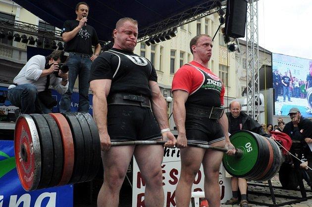 Jakub Smejkal z Rynárce a Petr Mrkvica z Trutnova vzepřeli společně mrtvým tahem činku vážící 480 kg.