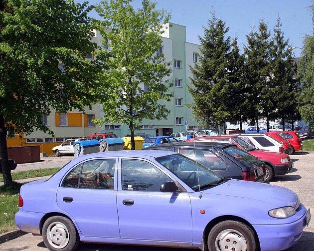 Kamenické sídliště skýtá motoristům  poměrně pohodlné zaparkování jen za bílého dne. Večer jsou ulice doslova přecpané auty.