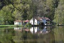 Úřad pro zastupování státu ve věcech majetkových nabídne ke koupi také areál ležící na poloostrově ohraničeném místním rybníkem a řekou Želivkou.