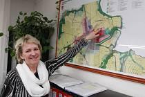 Červenořečická starostka Zdeňka Bečková ukazuje na mapě pozemek, o něž se od loňského roku vede právní spor. Na části chtělo město nechat stavět zájemce o bydlení.