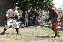 Skupina historického šermu Jezerničtí páni (na snímku) návštěvníky na hradě Kámen seznámila se zbraněmi, způsobem boje a každodenním životem rytíře.