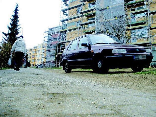 V současné době se v ulici Boženy Němcové v Pelhřimově opravují dva čtyřpatrové domy. Ani to však není důvod k tomu, aby tam po chodníku jezdila osobní auta. Chodník je již tak v katastrofálním stavu, který se den ode dne horší a horší.