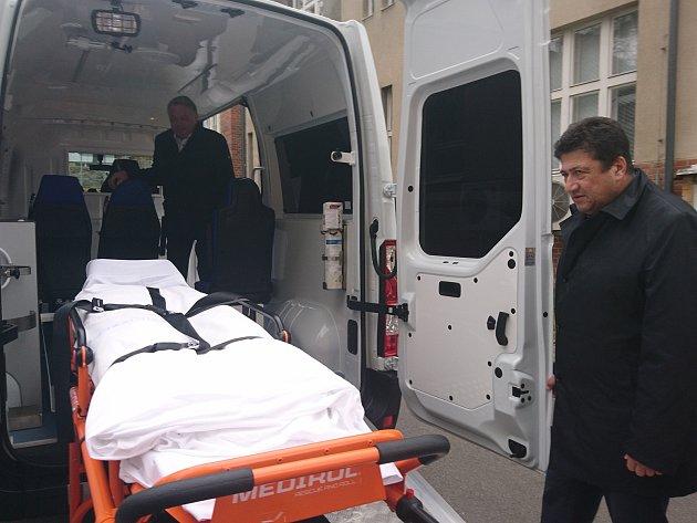 Nová sanitka disponuje pojízdným křeslem, nosítky s podvozkem či pojízdným infarktovým křeslem s nosností 250 kilogramů.