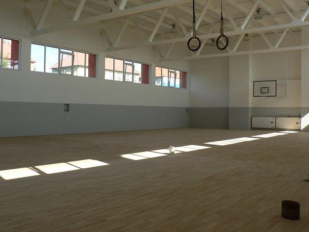 Sportovci v Pacově budou v tělocvičně při ZŠ  Za Branou trénovat na nové odpružené podlaze.