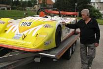 """Republiková elita nakonec nedorazí, to však neznamená, že se nebude na co dívat. Výstavní formuli osazenou dvoulitrovým motorem  Opel """"vybaloval"""" v pátek odpoledne v depu u zimního stadionu Marcel Pipek, osmasedmdesátiletý doyen automobilového sportu."""