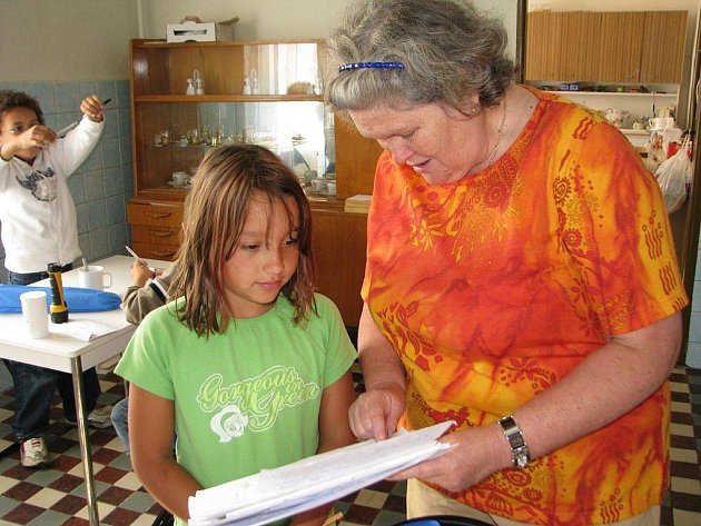 Každé ráno čeká děti jazyková rozcvička a diktát. V českém jazyce jsou už kované. Spolu s němčinou a angličtinou se ji učí ve škole.