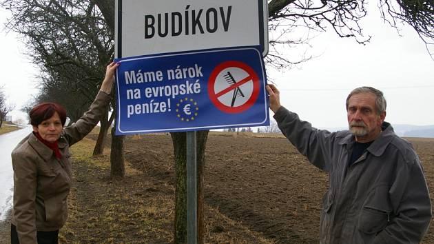 Starostka Budíkova Marie Žáčková (na snímku se svým manželem) se připojila k protestní akci.